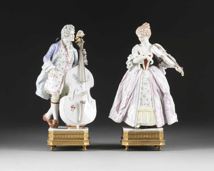 FEW MUSICIANS IN THE SEVRES STYLE - photo 1