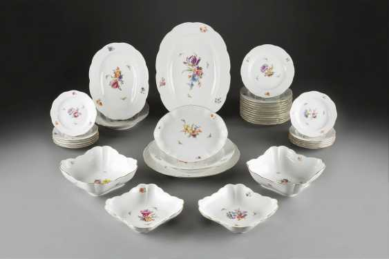 76-PIECE dinner service 'FLOWERS AND BUTTERFLIES' in German, KPM Berlin, early 20's. Century - photo 1
