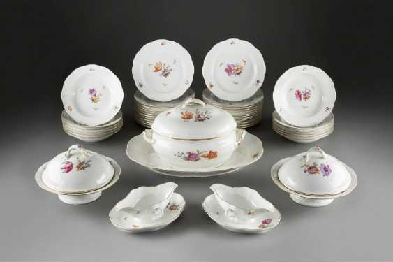 76-PIECE dinner service 'FLOWERS AND BUTTERFLIES' in German, KPM Berlin, early 20's. Century - photo 2