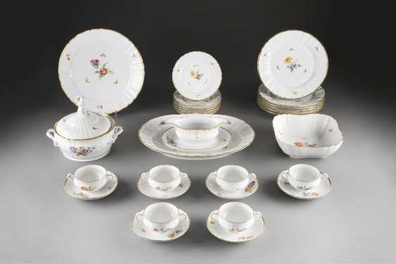 39-PIECE DINING AND dessert service, 'FLOWERS AND BUTTERFLIES' in German, KPM Berlin, 2. Half of the 20. Century - photo 1