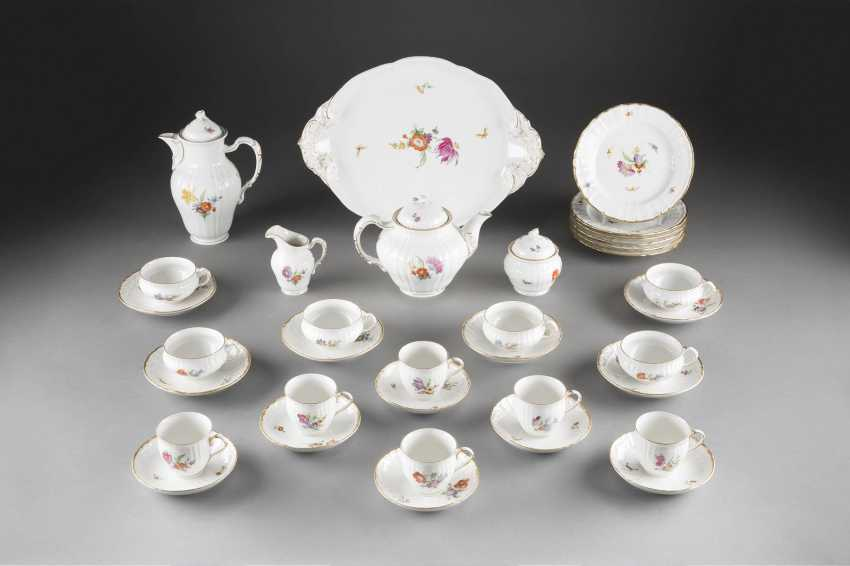 39-PIECE DINING AND dessert service, 'FLOWERS AND BUTTERFLIES' in German, KPM Berlin, 2. Half of the 20. Century - photo 2