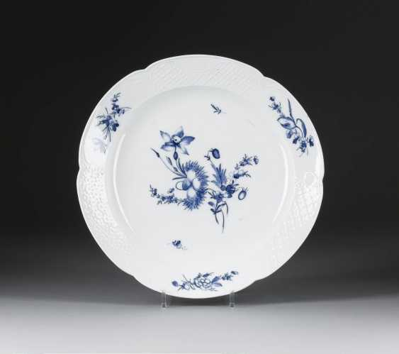 LARGE PLATE, 'BLUE FLOWER' in German, Meissen, 18. Century - photo 1
