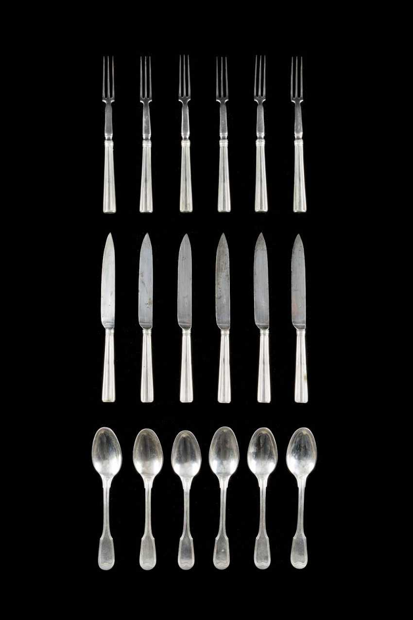 EIGHTEEN-PIECE DINING CUTLERY SET IN ORIGINAL BOX WITH KEY - photo 1