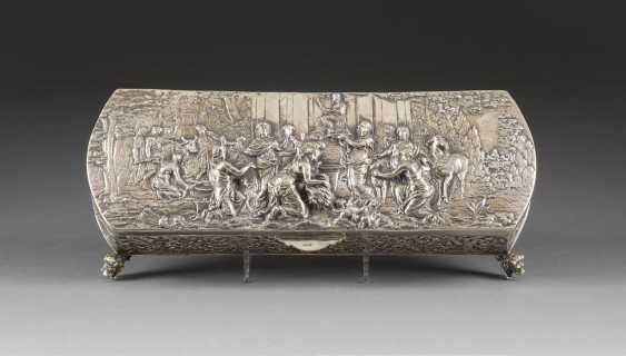 LARGE CASKET WITH A REPRESENTATION OF THE OFFERING OF THE SACRIFICES TO THE GODS - photo 1