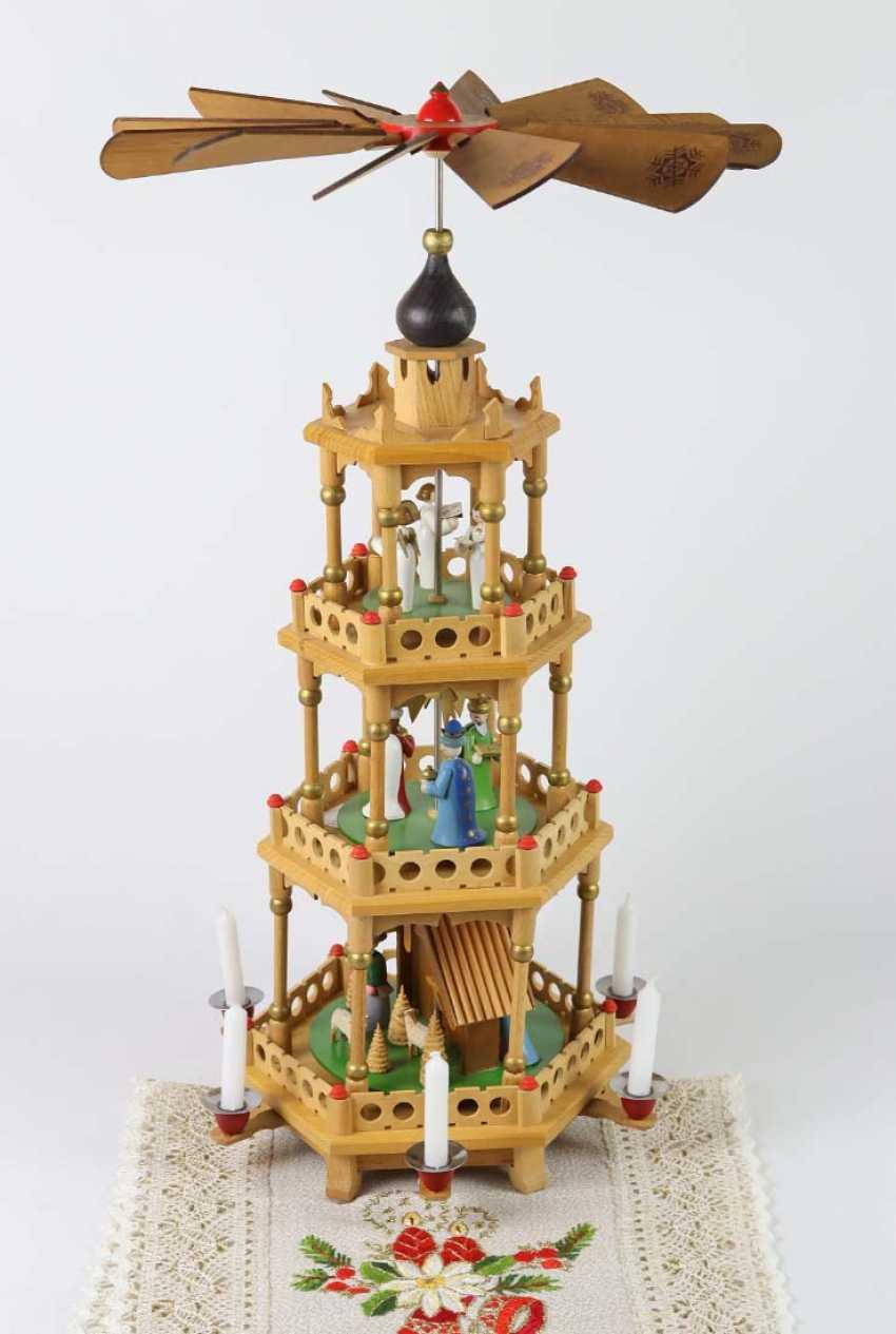 Erzgebirgs Pyramide mit Figuren  - photo 1