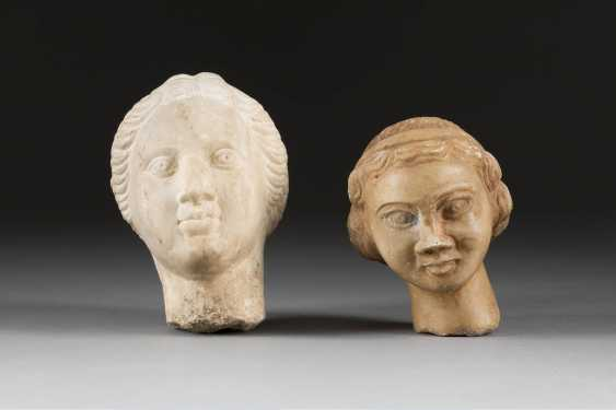 TWO women's heads of the Roman Imperial period marble, plastically worked. H. 12 cm or 14 cm. Each portrait-like representation of an unknown woman with wavy hair. Part. min. best. Provenance: German Private Collection. - photo 1