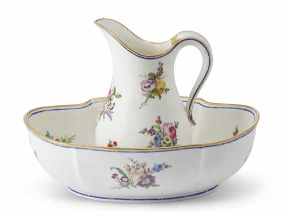 A VINCENNES PORCELAIN EWER AND A BASIN - photo 1