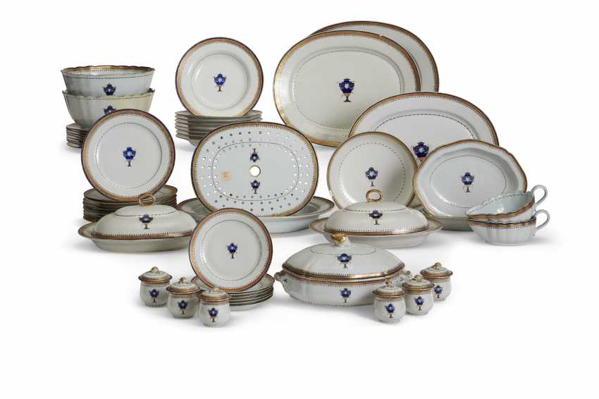 A CHINESE EXPORT PORCELAIN BLUE ENAMEL AND GILT PART DINNER SERVICE - photo 1