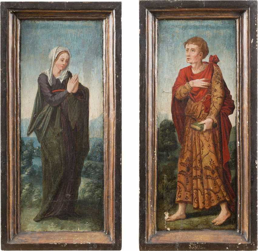 UPPER RHENISH MASTER Active about 1530 TWO PANELS OF A TRIPTYC WITH MARIA AND JOHN Mixed technique on wood. Visible measurements ca. 44,5 x 16,5 cm (F. each ca. 52 x 24 cm). Verso: Decorative painting. Min. damaged, restoration. Frame. - photo 2
