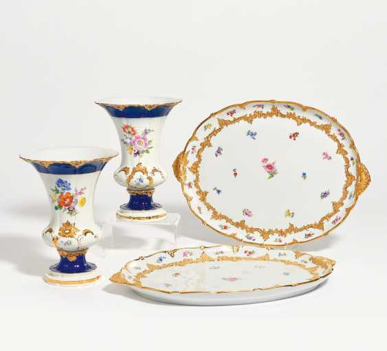 2 crater vases and 2 oval plates with ornate relief decoration - photo 1