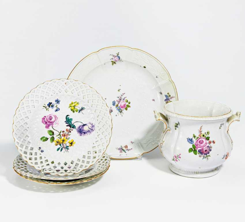 Lot of 3 plates, a platter and a cache pot - photo 1