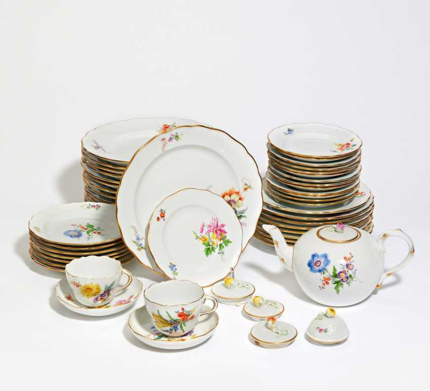 Dinner and tea service with floral decoration - photo 1