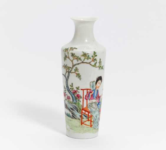 Vase with a lady with her two sons in the garden - photo 1