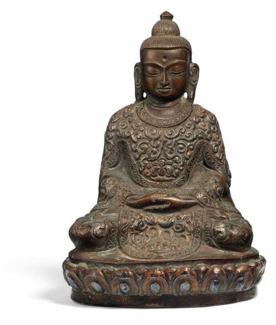 Important Buddha in regal regalia - photo 1