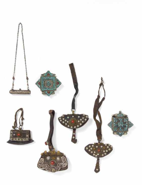 Quatre pochettes plus légères et trois étuis à amulettes - photo 1