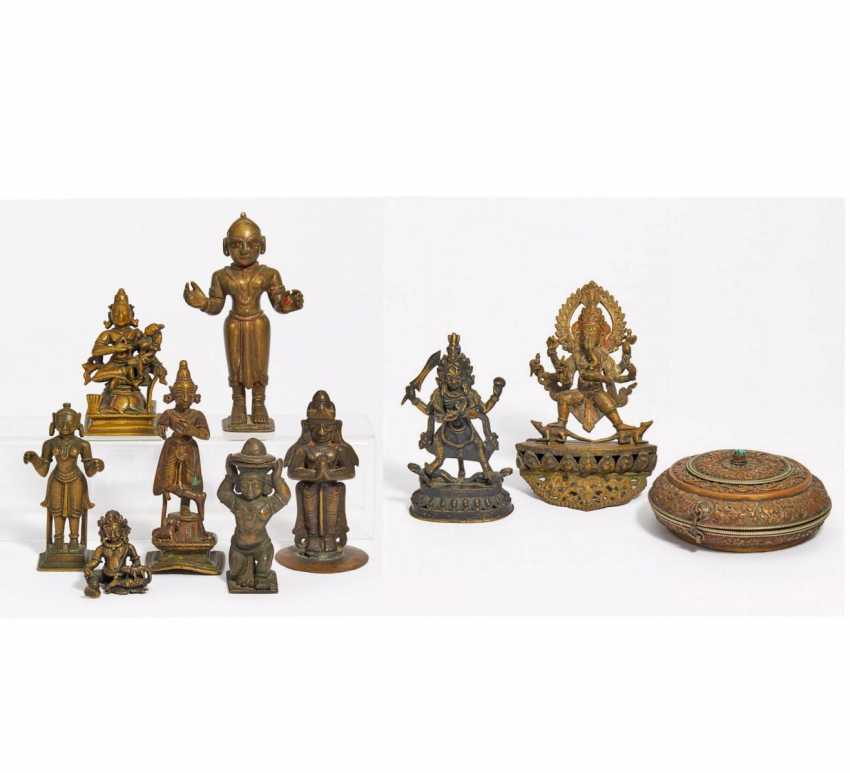 Nine figures of gods, a sacrificial box and a thangka of Rahula - photo 1
