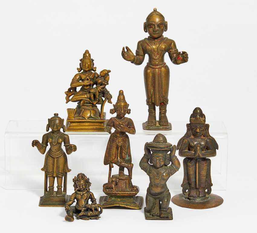 Nine figures of gods, a sacrificial box and a thangka of Rahula - photo 2