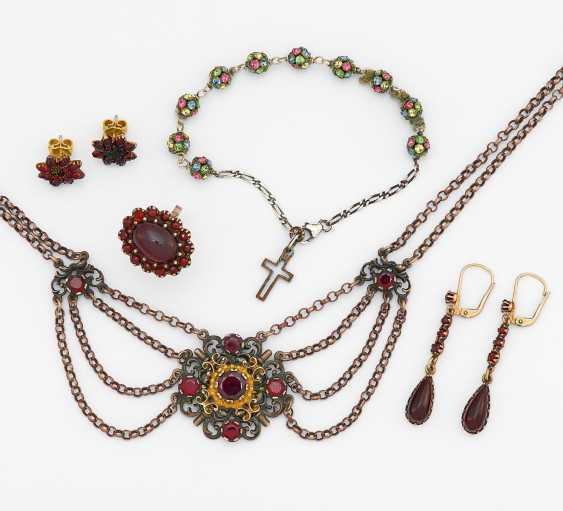 Mixed lot: garnet necklace and 4 pairs of earrings - photo 1