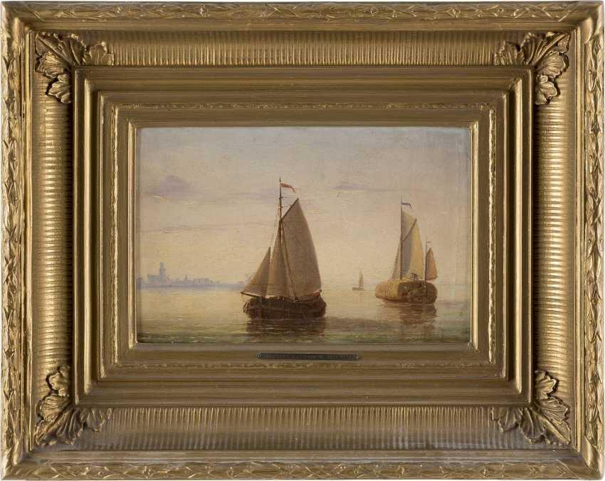 JACOBUS VAN GORKUM JUN 1827 - 1880 Segelboote vor der Kulisse einer holländischen Stadt - photo 2