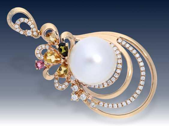Anhänger: dekorativer und sehr hochwertiger Goldschmiedeanhänger mit großer Südsee-Zuchtperle, feinen Brillanten und Farbsteinen - photo 2