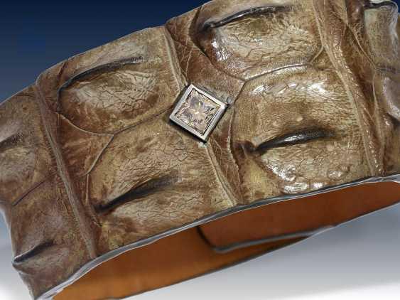 """Armband: Unikat der Firma """"Treibgut-Precious Pieces"""", gefertigt aus Krokodilleder, besetzt mit einem seltenen Farbdiamant der Farbe """"Taupe"""", ein Whiskey-Farbton, 1.11ct, hohe Qualität - photo 1"""