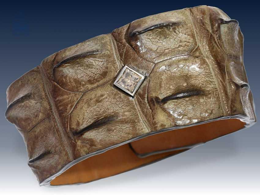 """Armband: Unikat der Firma """"Treibgut-Precious Pieces"""", gefertigt aus Krokodilleder, besetzt mit einem seltenen Farbdiamant der Farbe """"Taupe"""", ein Whiskey-Farbton, 1.11ct, hohe Qualität - photo 2"""