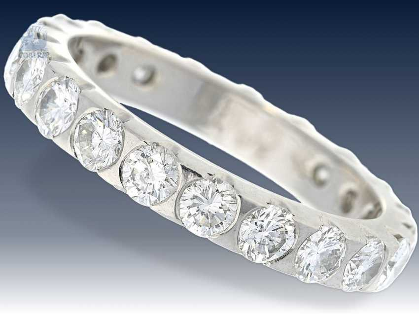 Ring: klassischer, hochfeiner Brillant-Memoire-Ring, ca. 2ct, Platin - photo 1