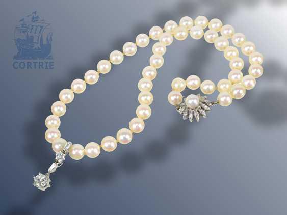 Kette: Akoyaperlen-Collier mit hochwertiger Diamantschließe und Clipanhänger, besetzt mit einem großen Brillant von ca. 0,9ct im oberen Qualitätsbereich - photo 1