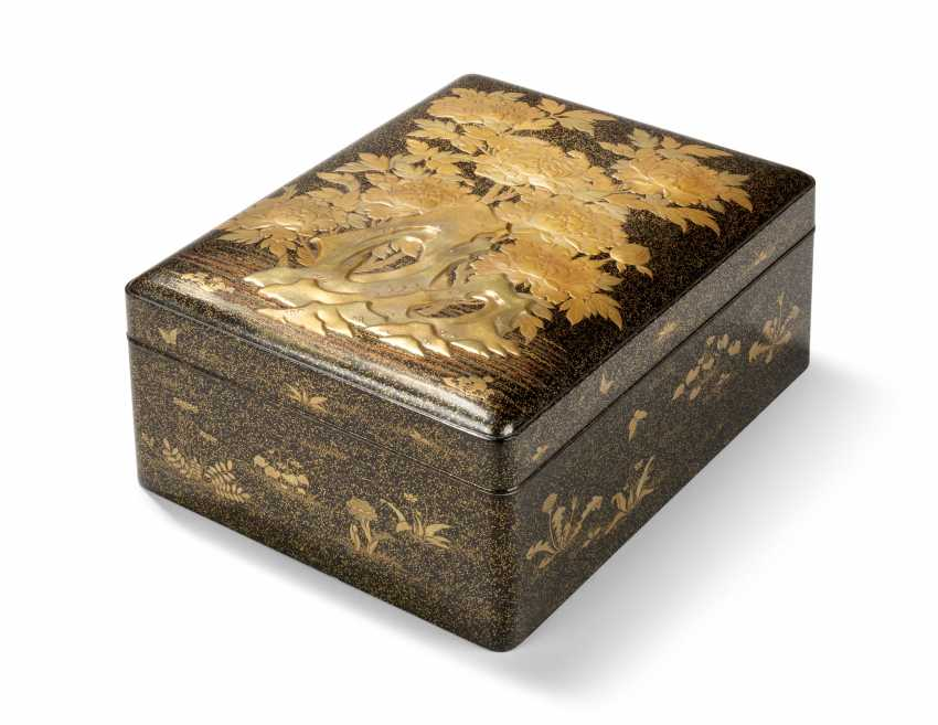 TWO JAPANESE GOLD AND BLACK LACQUER BOXES - photo 3