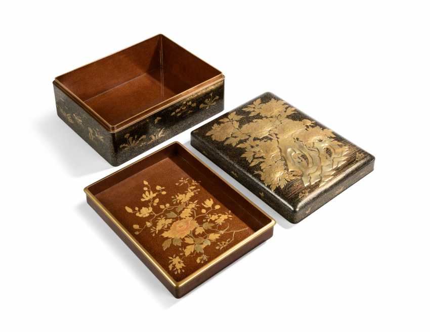 TWO JAPANESE GOLD AND BLACK LACQUER BOXES - photo 5