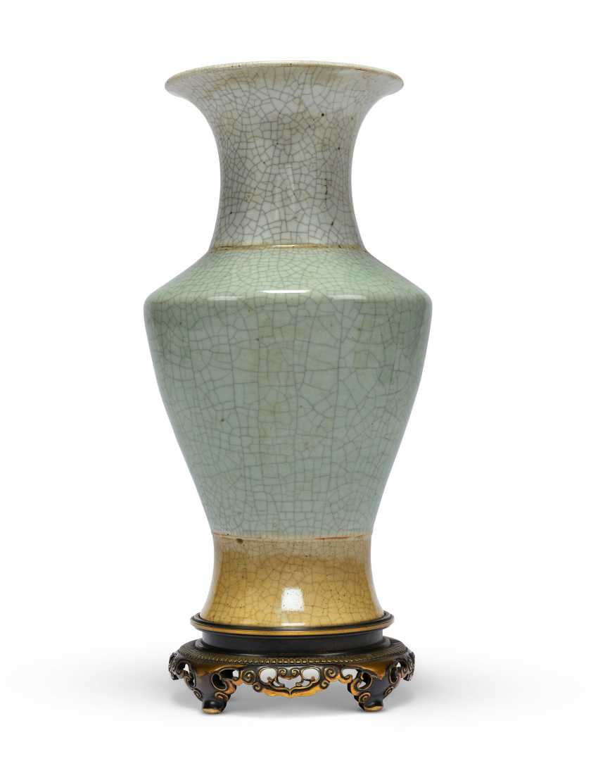 A GROUP OF THREE CHINESE VASES, TWO MOUNTED AS LAMPS - photo 7
