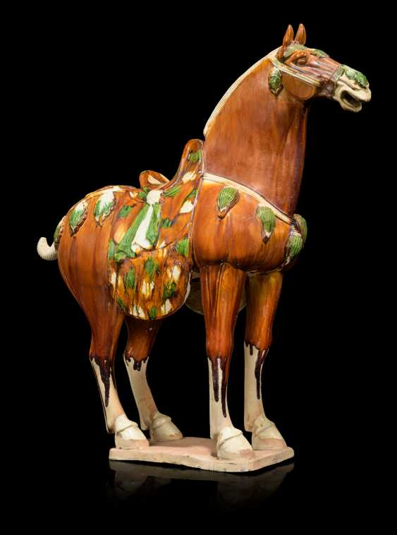 A PAIR OF CHINESE GLAZED POTTERY HORSES - photo 3