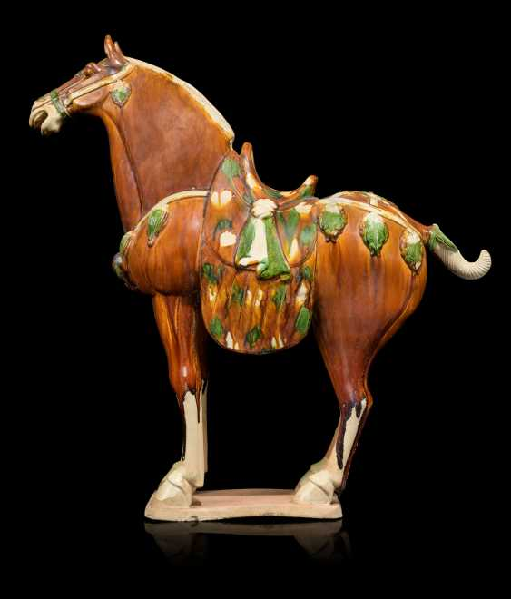 A PAIR OF CHINESE GLAZED POTTERY HORSES - photo 5