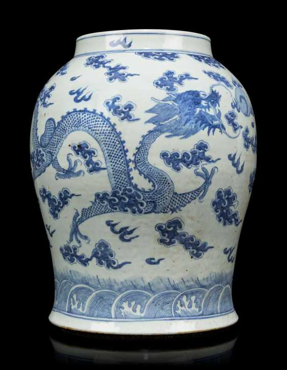A PAIR OF CHINESE BLUE AND WHITE PORCELAIN VASES - photo 3