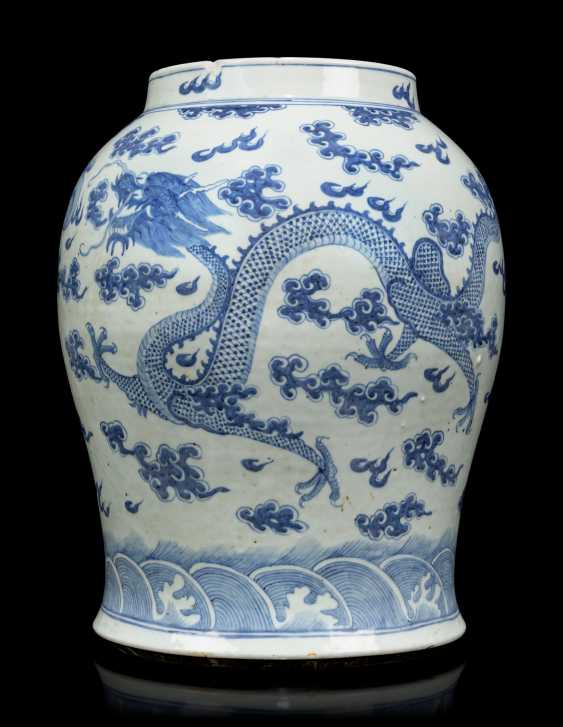 A PAIR OF CHINESE BLUE AND WHITE PORCELAIN VASES - photo 4