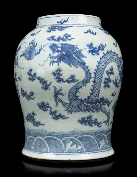 A PAIR OF CHINESE BLUE AND WHITE PORCELAIN VASES - photo 6