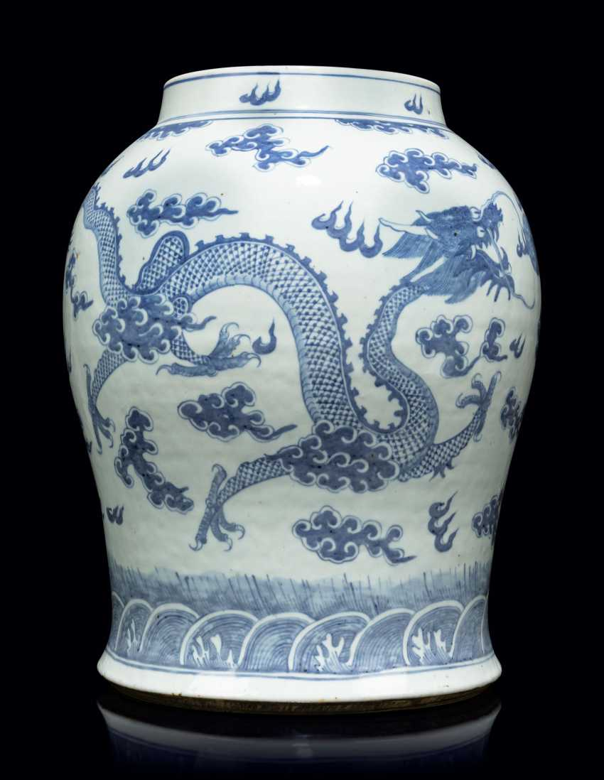 A PAIR OF CHINESE BLUE AND WHITE PORCELAIN VASES - photo 7
