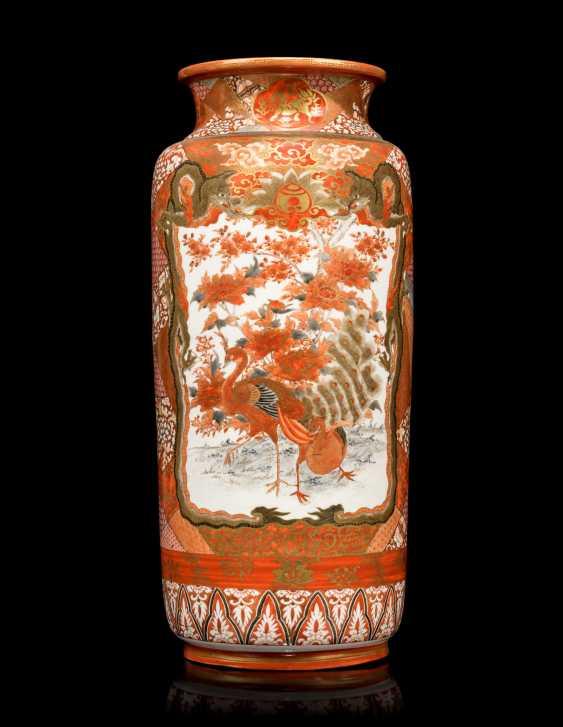 A PAIR OF JAPANESE KUTANI-STYLE VASES - photo 3