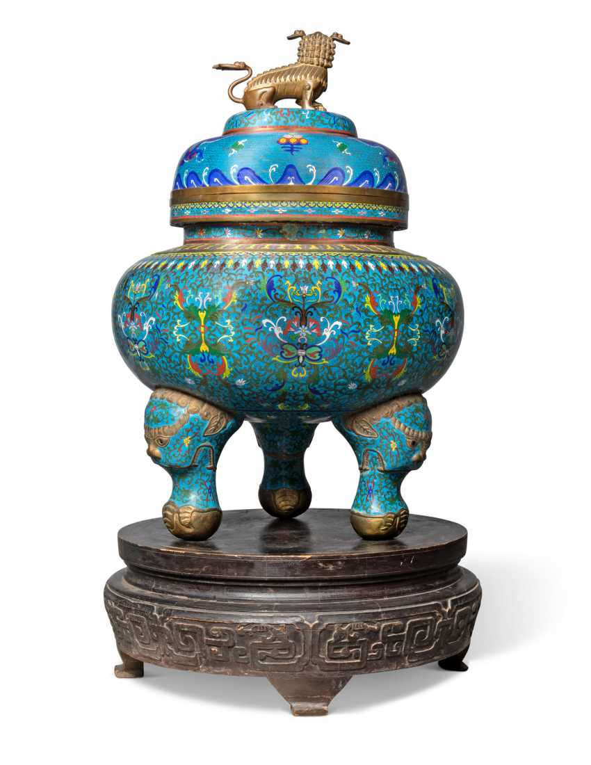 A CHINESE CLOISONNE-ENAMEL LARGE TRIPOD CENSOR AND COVER, ON STAND - photo 2
