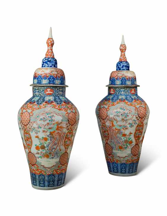 A PAIR OF LARGE JAPANESE IMARI VASES AND COVERS, ON STANDS - photo 2