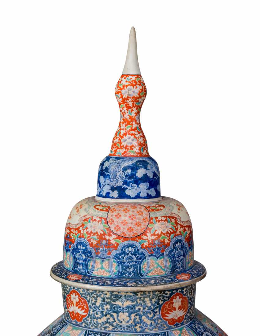 A PAIR OF LARGE JAPANESE IMARI VASES AND COVERS, ON STANDS - photo 3