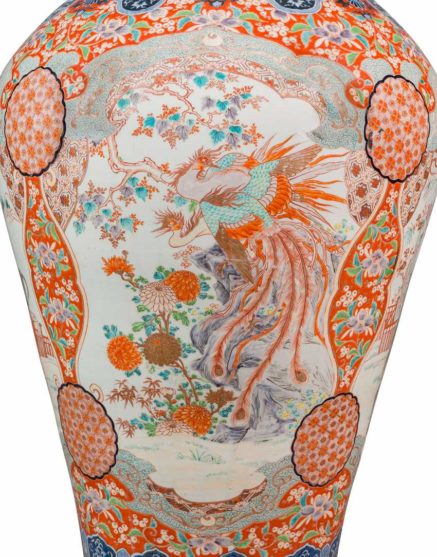 A PAIR OF LARGE JAPANESE IMARI VASES AND COVERS, ON STANDS - photo 4