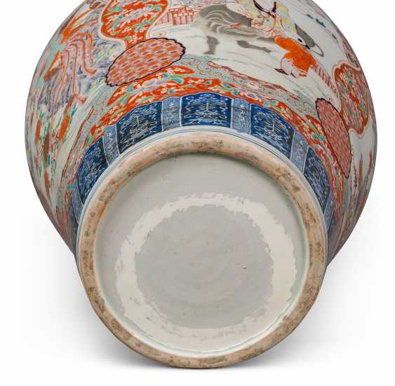 A PAIR OF LARGE JAPANESE IMARI VASES AND COVERS, ON STANDS - photo 5