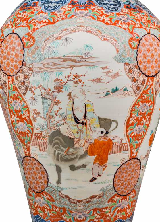 A PAIR OF LARGE JAPANESE IMARI VASES AND COVERS, ON STANDS - photo 7