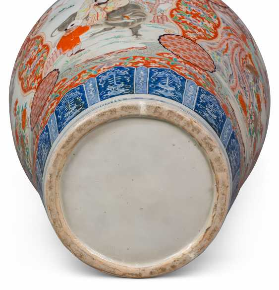 A PAIR OF LARGE JAPANESE IMARI VASES AND COVERS, ON STANDS - photo 8