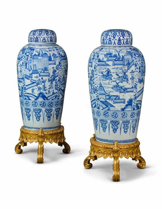 A PAIR OF CHINESE EXPORT BLUE AND WHITE PORCELAIN 'SOLDIER' VASES AND COVERS, ON GILTWOOD STANDS - photo 1
