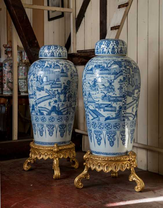 A PAIR OF CHINESE EXPORT BLUE AND WHITE PORCELAIN 'SOLDIER' VASES AND COVERS, ON GILTWOOD STANDS - photo 2