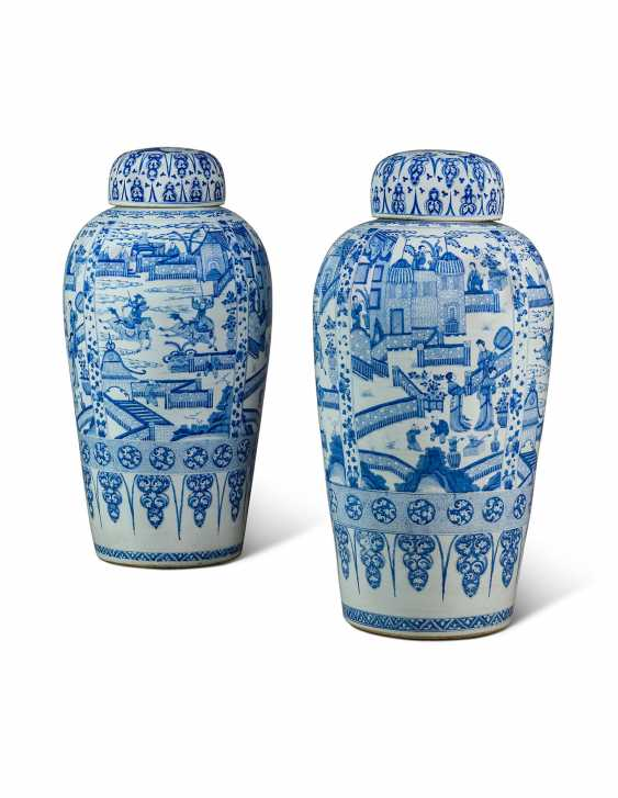 A PAIR OF CHINESE EXPORT BLUE AND WHITE PORCELAIN 'SOLDIER' VASES AND COVERS, ON GILTWOOD STANDS - photo 3