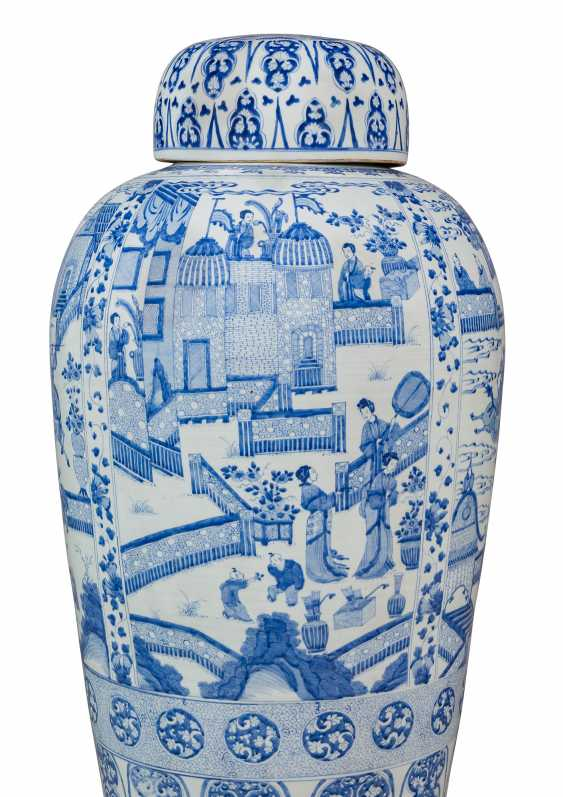 A PAIR OF CHINESE EXPORT BLUE AND WHITE PORCELAIN 'SOLDIER' VASES AND COVERS, ON GILTWOOD STANDS - photo 4