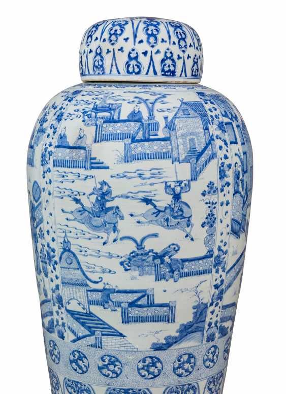 A PAIR OF CHINESE EXPORT BLUE AND WHITE PORCELAIN 'SOLDIER' VASES AND COVERS, ON GILTWOOD STANDS - photo 7